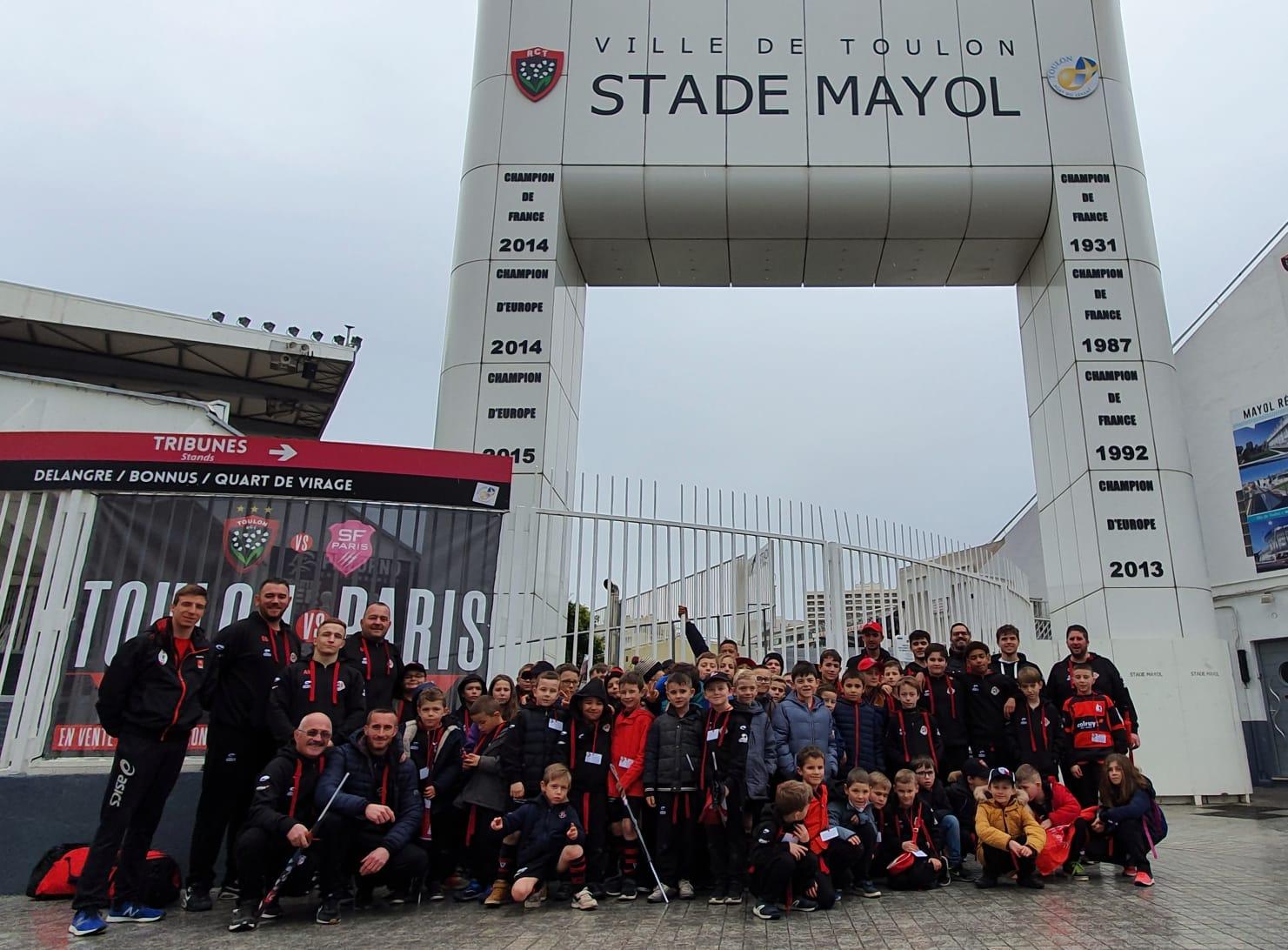 photo-de-groupe-aux-portes-du-stade-mayol